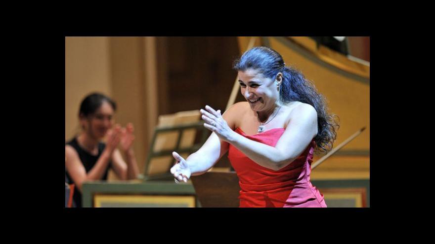 Video Cecilia Bartoliová zpívá v Praze
