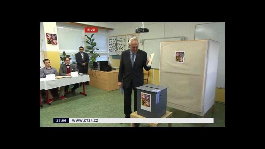 Video Prezident Zeman odevzdává hlas ve volbách