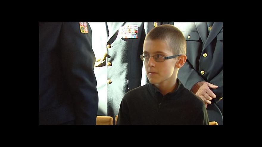 Video Vnitro ocenilo statečného chlapce