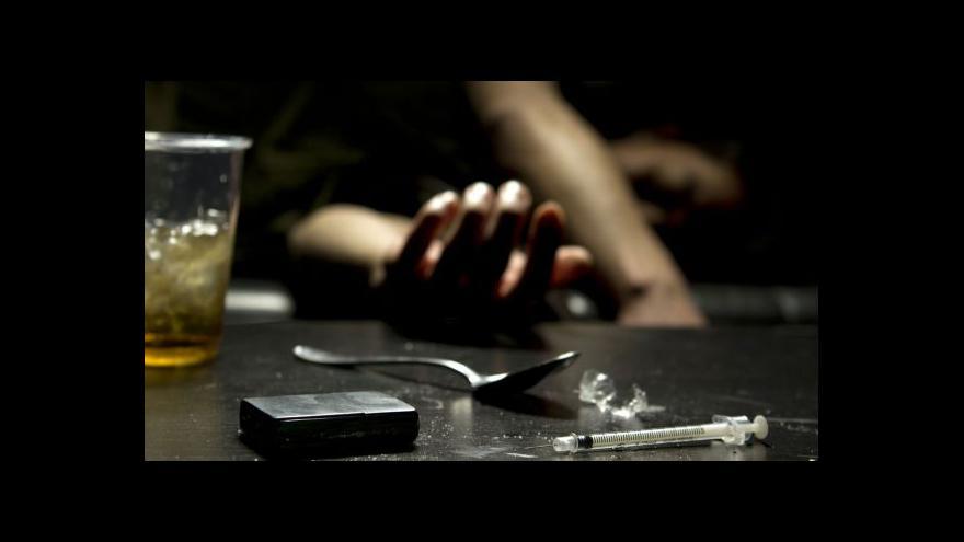 Video Brífink policie k zásahu proti drogám ve věznici Vinařice
