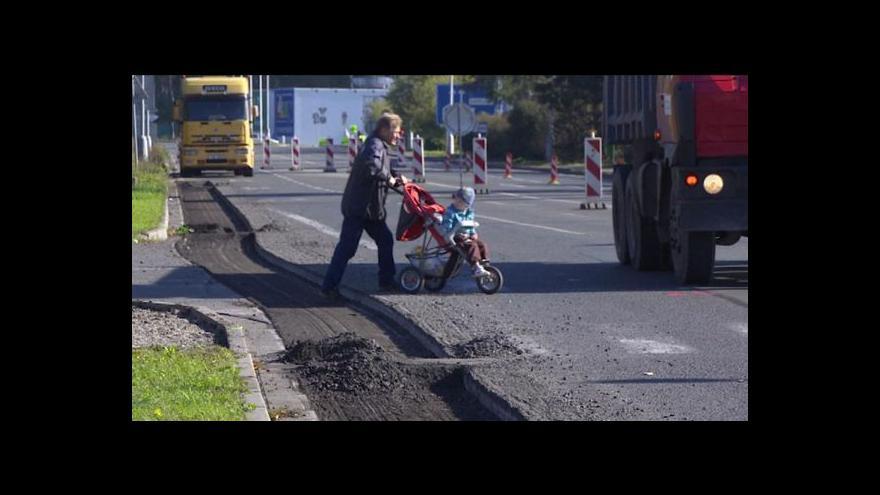 Video Opravy silnic brzdí také byrokracie