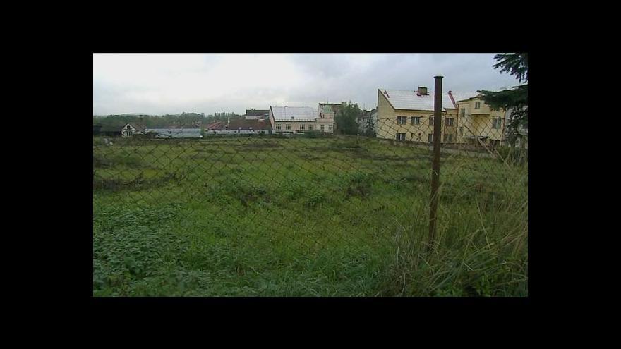 Video Klášterní zahrada, nebo parkoviště, přou se Jindřichohradečtí