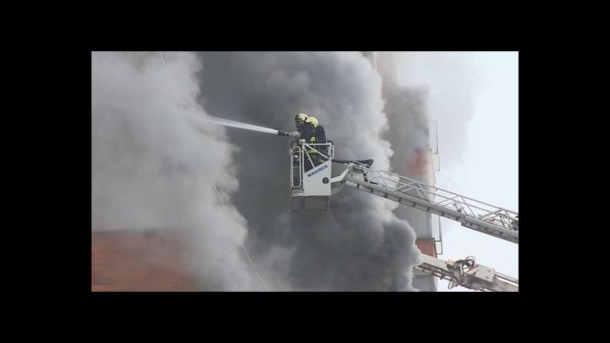 Video NO COMMENT: Hašení požáru zaměstnalo zhruba 150 hasičů