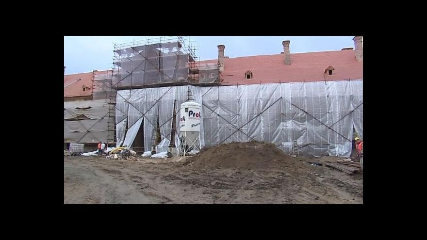 Video No comment: Rekonstrukce lednických jízdáren