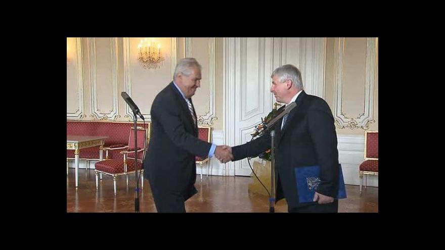 Video Premiér Rusnok předává demisi vlády prezidentu Zemanovi