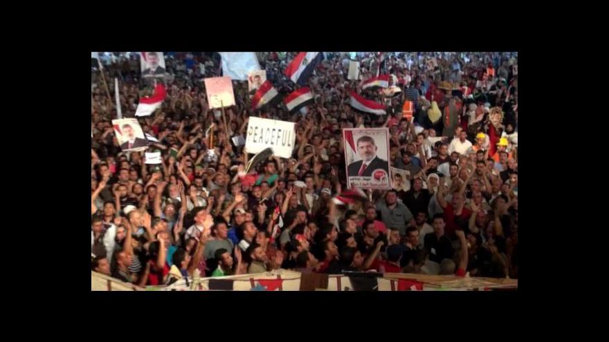 Video Demonstranti v Káhiře stavějí barikády