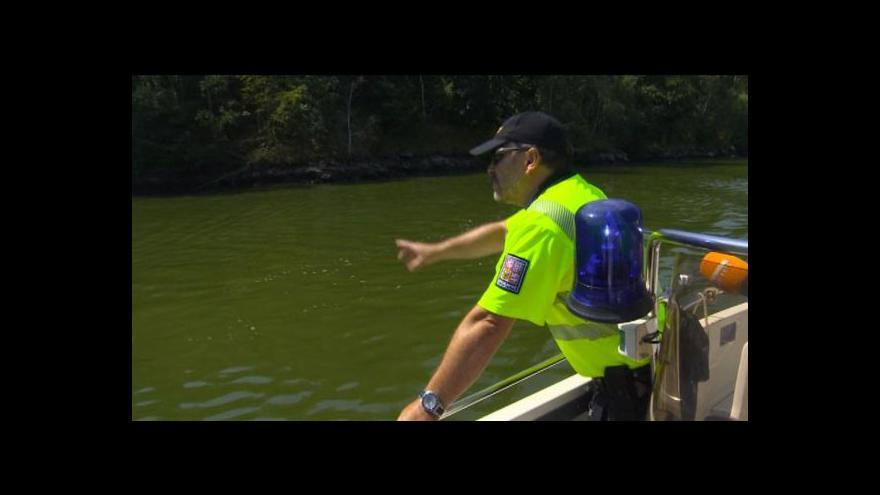 Video Policisté na přehradě