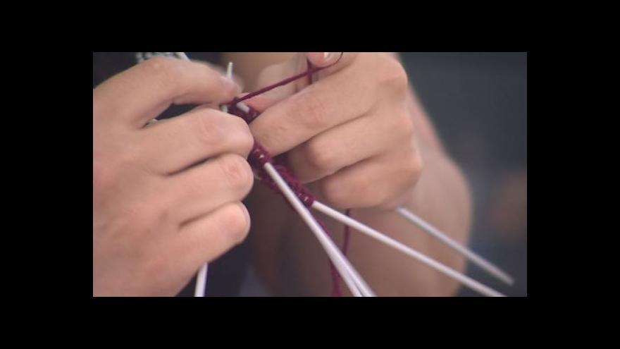 Video NO COMMENT: Pletení oblečků pro nedonošené děti