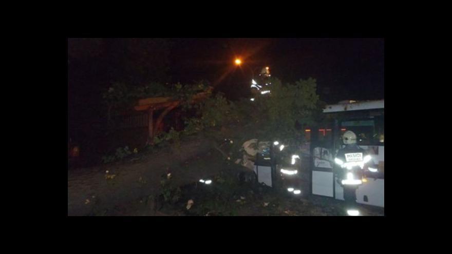 Video NO COMMENT: Odstraňování stromu ze střechy autobusu (záběry HZS JMK)