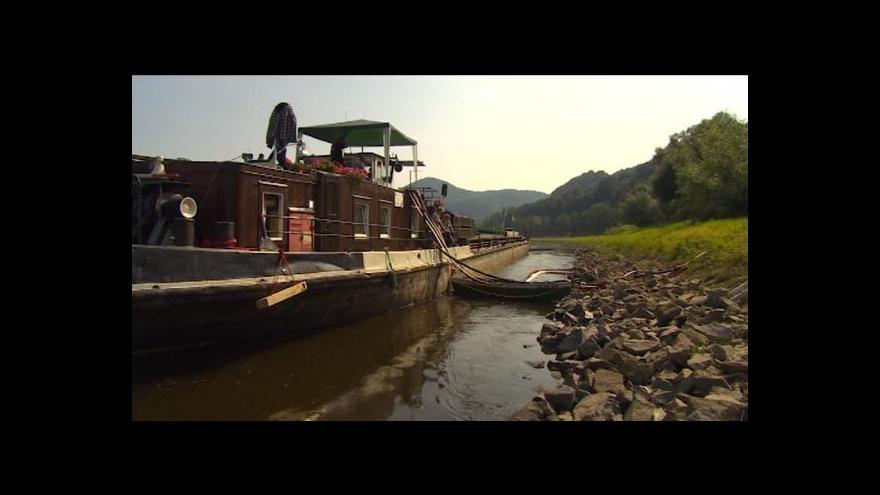 Video Pod Ústím nad Labem ztroskotala loď