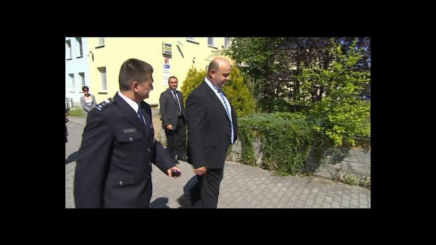 Video Ministr Pecina slíbil Máji více policistů