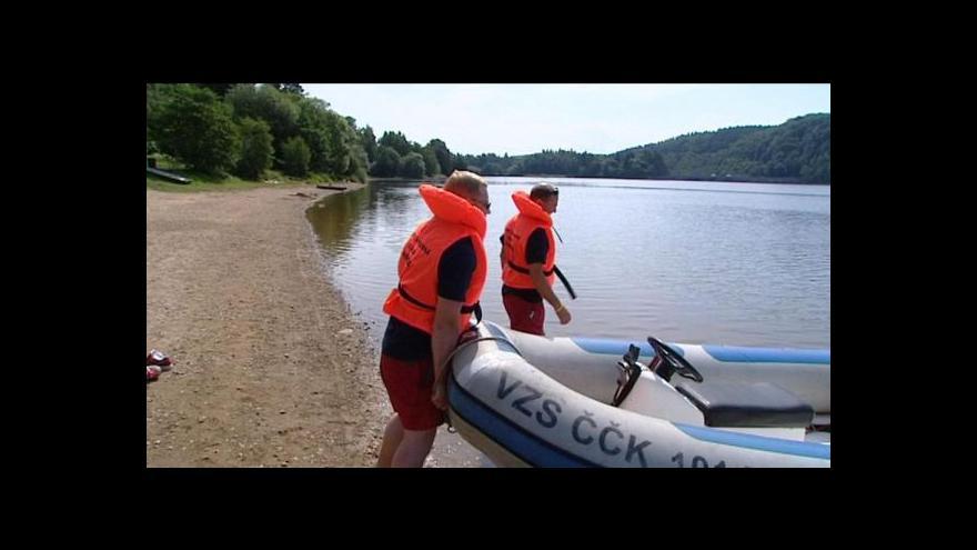 Video Na Orlíku zachraňují profesionálové