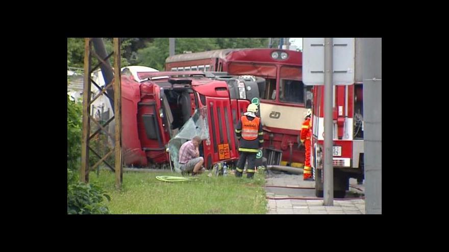 Video Srážka vlaku s nákladním autem zablokovala provoz na trati i silnici