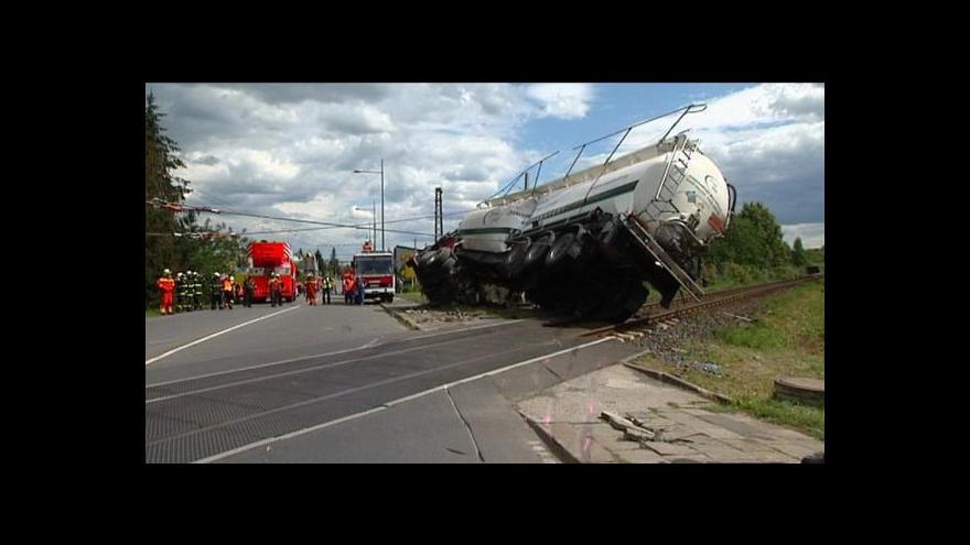 Video Nehoda na přejezdu zablokovala dopravu