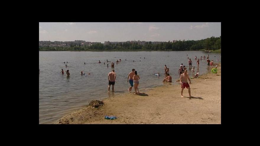 Video Koupání v Boleveckém rybníku hygienici nedoporučují