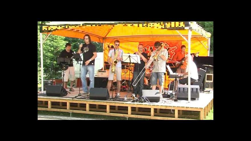 Video Vystoupení kapely Karlovy hračky