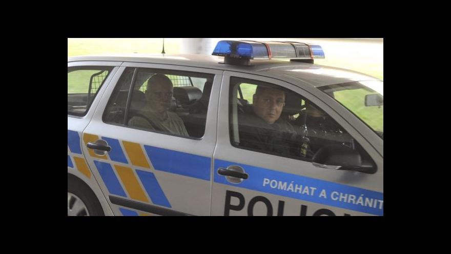 Video Všichni obvinění zůstávají ve vazbě