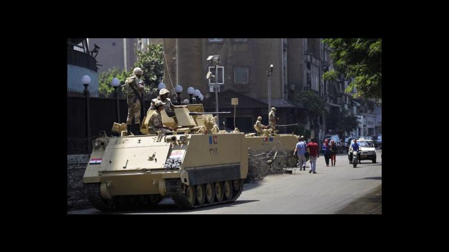 Video V ulicích Káhiry se stále střílí