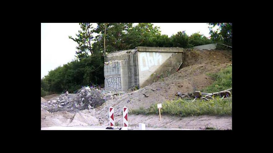 Video Úklidové práce po bourání mostů se protahují