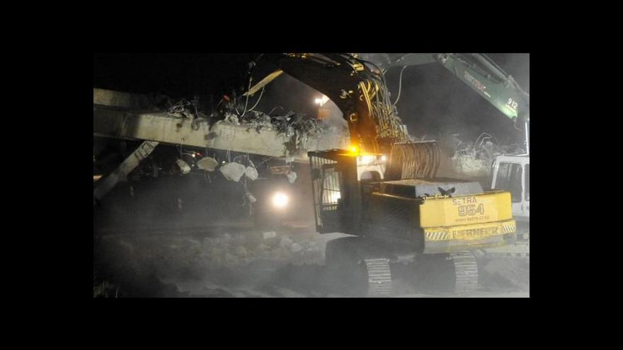 Video V noci padl k zemi první dálniční nadjezd