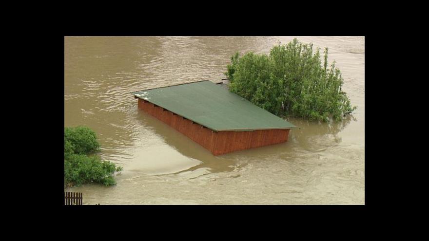 Video NO COMMENT: Záběry zatopených silnic a domů