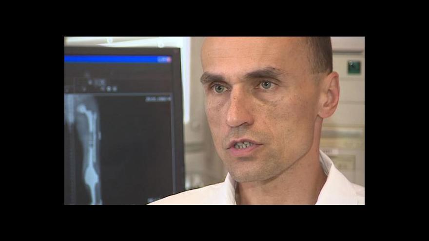 Video Pacientovi ve Znojmě vyměnili obě kolena i kyčle. Po čtyřech letech začíná opět chodit