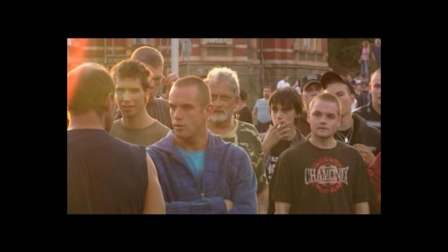 Video Klidnou demonstraci v Duchcově vystřídal pochod k romským domům