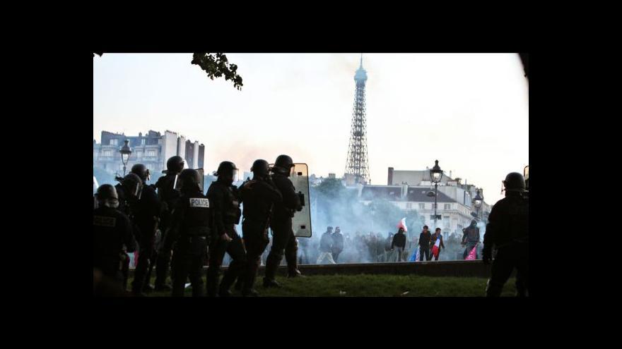 Video Policie nakonec demonstranty rozháněla slzným plynem