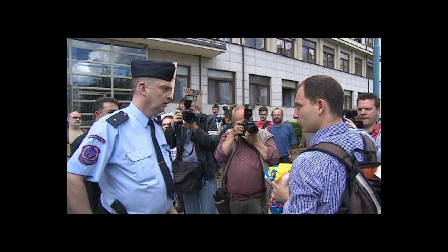 Video Demonstrace před příjezdem prezidenta Zemana k NS