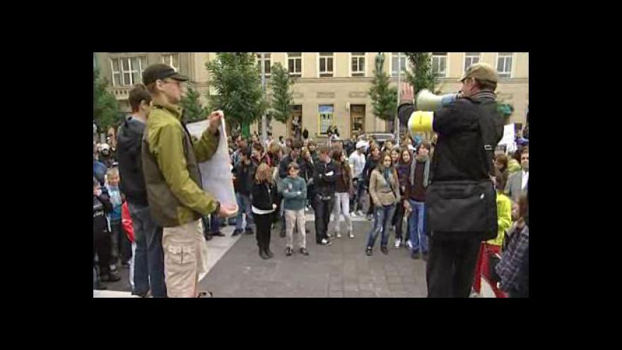 Video Odpůrci slučování gymnázií se sešli na Moravském náměstí v Brně