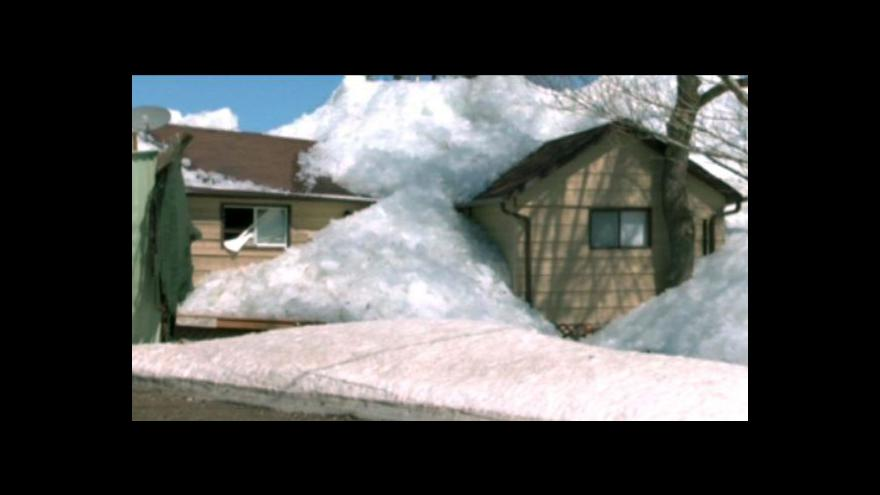 Video V Kanadě poškodil led několik domů