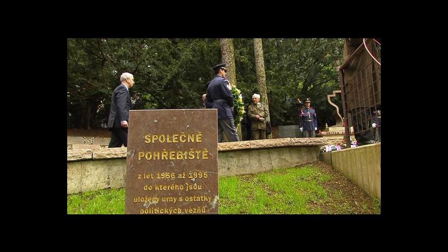 Video V motolském krematoriu se sešli lidé k uctění obětí komunismu