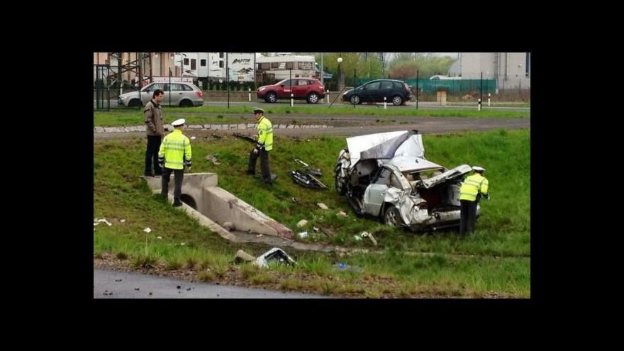 Video Ve Vestci u Prahy spadlo auto do nádrže, tři lidé zemřeli
