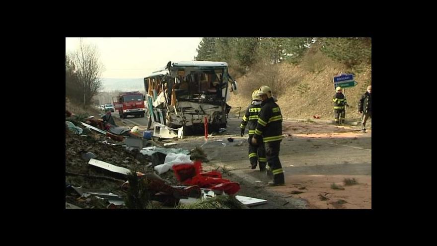 Video Nehoda autobusu má dvě oběti