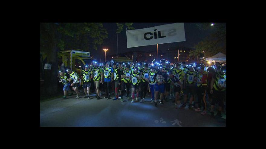 Video Noční běh pro Světlušku pomůže zrakově postiženým sportovcům