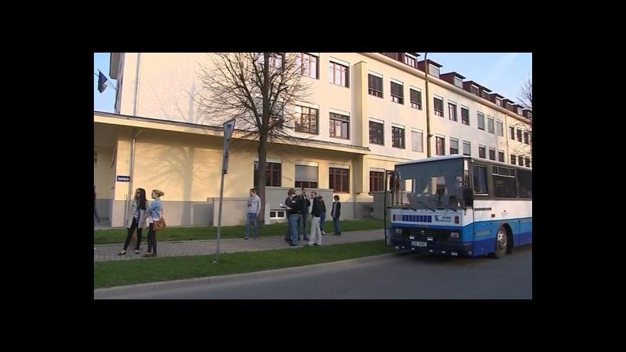 Video NO COMMENT: Odjezd gymnazistů do Zlína a jejich protest proti slučování škol