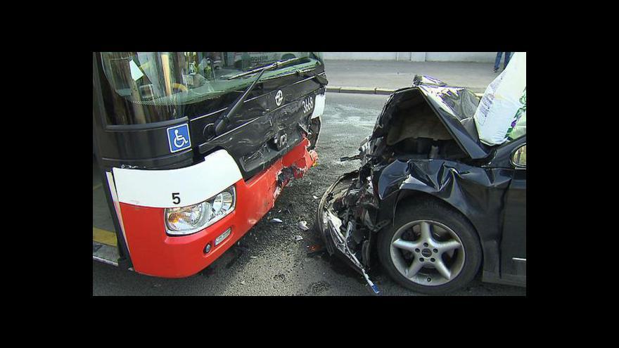 Video Opilý řidič narazil do autobusu