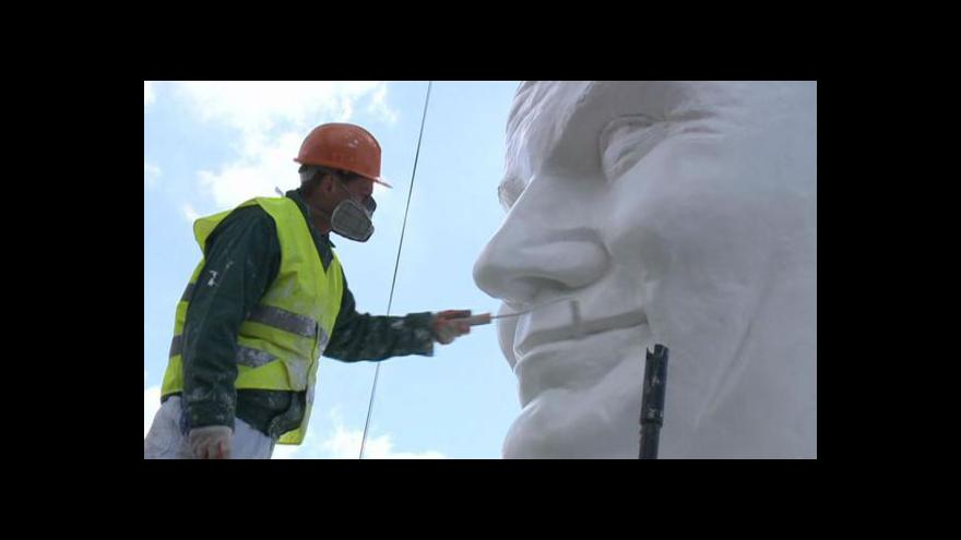Video Obří socha papeže budí rozpaky