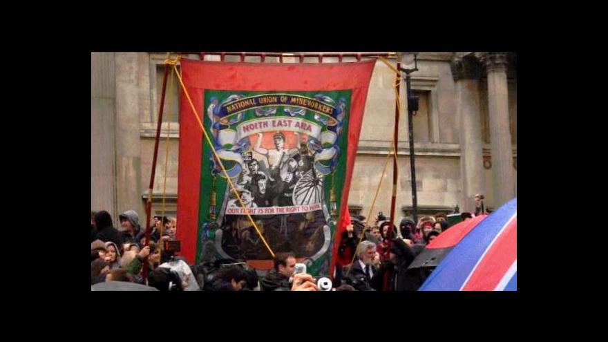 Video Odpůrci Thatcherové slavili v Londýně konec její éry