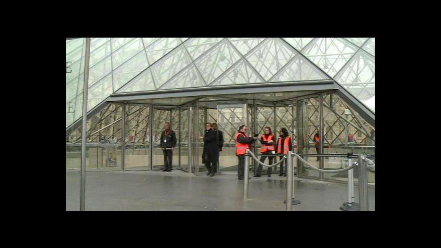 Video Zavřené brány Louvru měly upozornit na problém s kapsáři