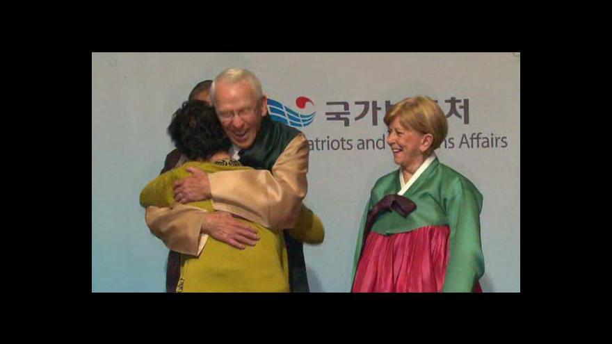 Video Události o šťastném shledání Korejky s válečným veteránem