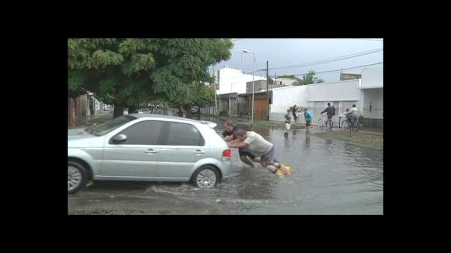 Video Argentina drží smutek za oběti povodní