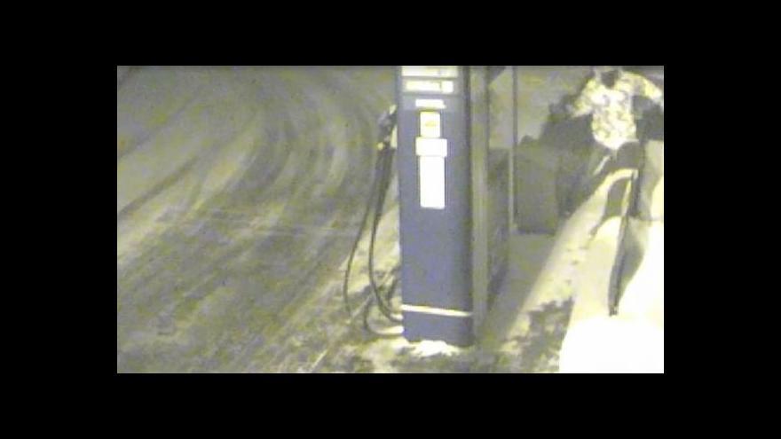 Video Záběry bezpečnostní kamery z vloupání na ořechovské benzince