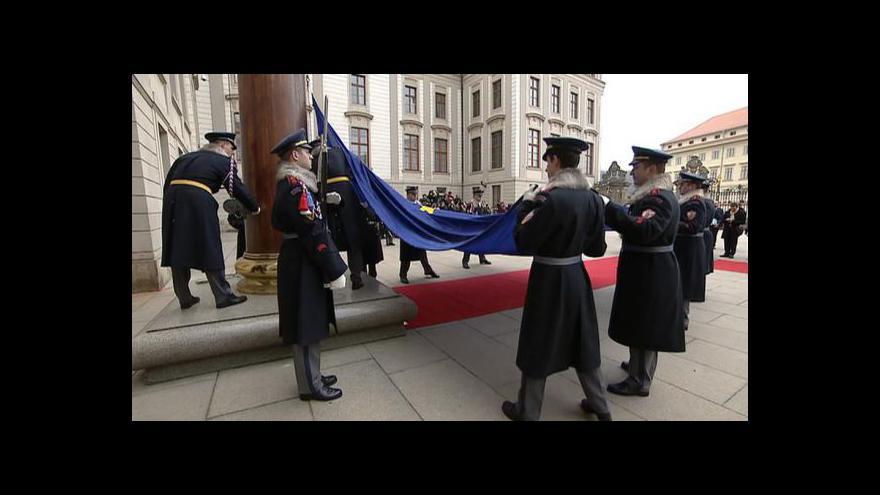Video NO COMMENT: Vyvěšení vlajky EU na Pražském hradě