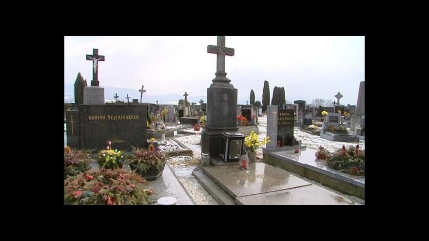Video Na hřbitově v Ronově nad Doubravou řádil zloděj