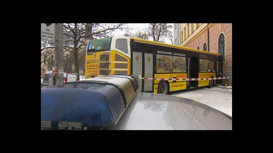 Video Nehoda autobusu skončila pouze lehkým zraněním řidiče