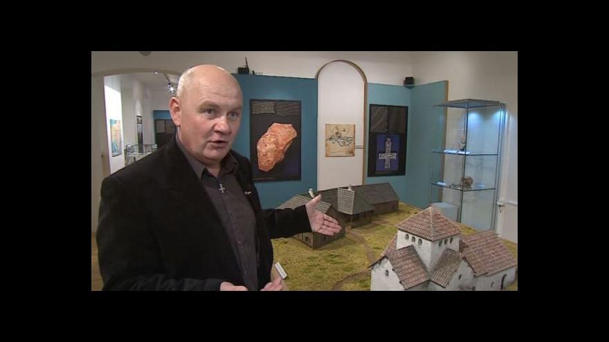 Video Archeolog Luděk Galuška popisuje model sídliště z 9. století