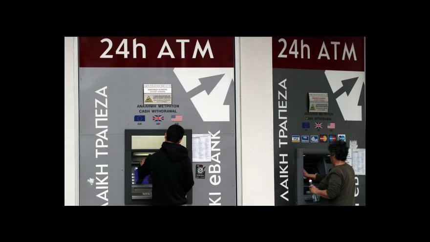 Video Kyperský guvernér nezvládl krizi, tvrdí banky