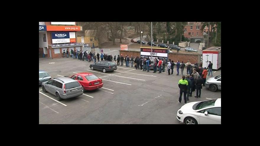 Video NO COMMENT: Zlínští fanoušci stojí frontu na lístky