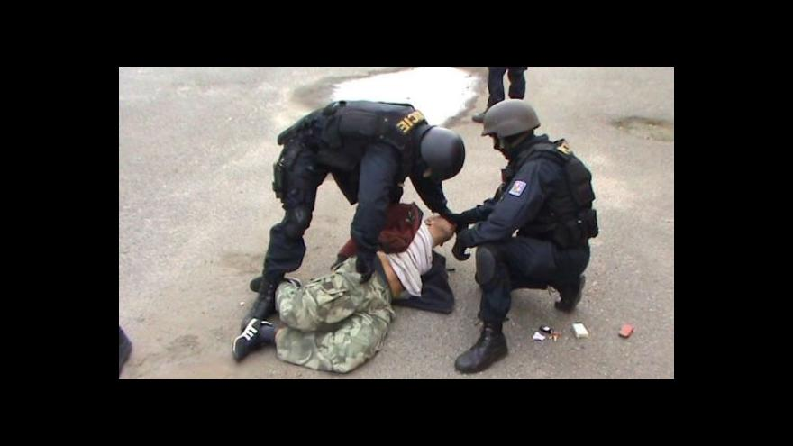 Video Policejní záběry ze zatýkání